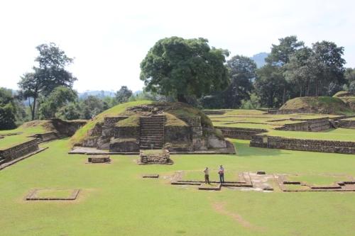 Ik zit boven op een Maya tempel in Iximché